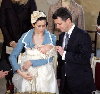 Efter veloverstået dåb var der tid til at feste. Blandt gæsterne var også kronprinsesserne - og fadderne - norske Mette-Marit og svenske Victoria, der ses bag det lykkelige forældrepar. Foto: Jørgen Jessen