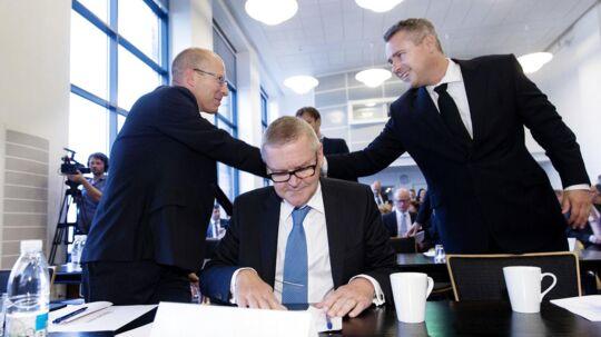 Erhvervs- og vækstminister Henrik Sass Larsen hilser på Jesper Rangvid, professsor ved CBS, på Realkreditrådets årsmøde .