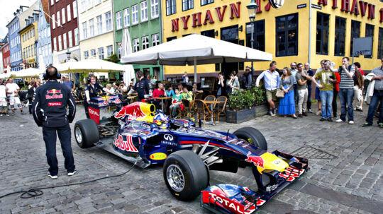 I dag er København kulisse, når energidrikken Red Bull indspiller en reklamefilm. Det skal foregå ved, at der sendes en Formel 1 racer gennem Frederikstaden med formel 1. køre, David Coulthard.
