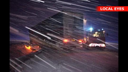 En lastbil endte i grøften på motorvejen ved Randers i nat.