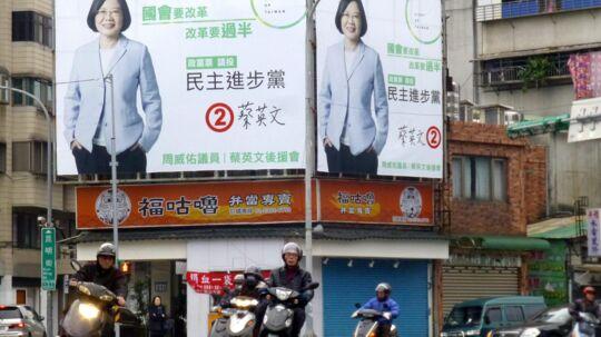 Motorcyklister i Taipei passerer plakater af Tsai Ing-wen, der i går vandt præsidentvalget på Taiwan. I sin sejrstale sagde Tsai Ing-wen, at Kina skal respektere Taiwans demokrati og betegnede valget som begyndelsen på en ny æra.