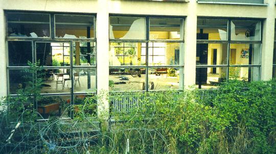 Bag de knuste ruder blev ni handicappede serbere dræbt for øjnene af passive danske FN-soldater. Krigsforbrydelsen fandt sted 8. august 1995 på en skole i den kroatiske by Dvor. Først nu har Danmark sagt ja til at hjælpe Serbien med at finde frem til gerningsmændene.