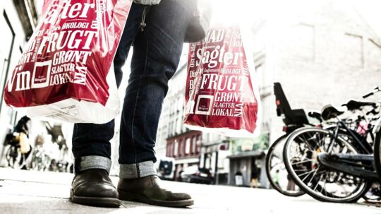 Pres. Landets største dagligvarekoncern forbløder i kampen om forbrugerne. Lederflugt og store omlægninger sætter Coop-butikkerne under stærkt pres.