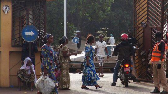 Indkørslen til Donka Hospital i Guineas hovedstad Conakry, hvor ofrene for ebola bliver behandlet. 70 personer er indtil videre døde af virussen de seneste måneder.