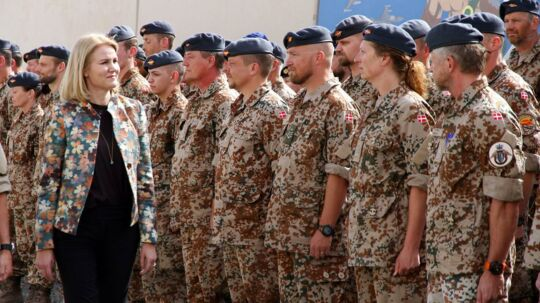 Statsminister Helle Thorning-Schmidt (S) er tirsdag på visit hos de udsendte danske piloter, der fra Ahmed Al-Jaber-basen i Kuwait deltager i den internationale koalition mod Islamisk Stat (IS) i Irak.