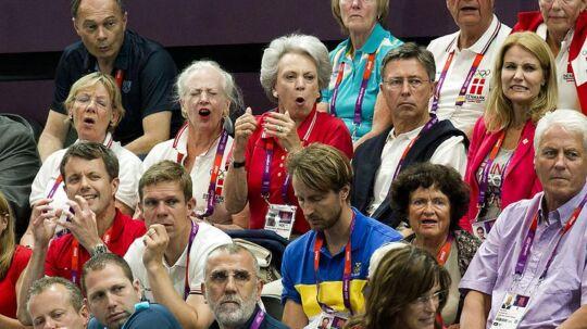 ARKIVFOTO. Her sidder Ove Ullerup til en håndboldkamp under OL i London i 2012 med medlemmer af kongefamilien. Fra højre mod venstre er det statsminister Helle Thorning-Schmidt, hofmarskal Ove Ullerup, prinsesse Benedikte, dronning Margrethe, og på rækken under dronningen sidder kronprins Frederik.
