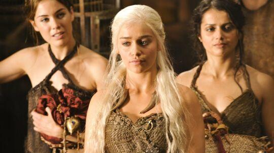 Daenerys Targaryen (Emilia Clarke) er datter af Kong Aerys II, der blev væltet fra Jerntronen. Hun er i eksil ?i de østlige lande, hvorfra hun vil forsøge at genvinde sin families tabte magt. Foto: HBO Nordic