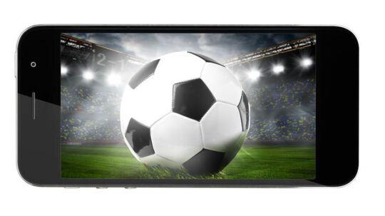 TV skal fortsat set på fjernsynsskærmen, synes danskerne, men især de unge bruger også telefonen, viser ny undersøgelse. Foto: Iris/Scanpix