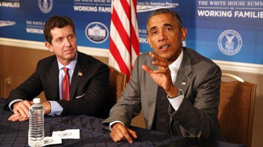 ARKIV: Det amerikanske medicinalselskab Johnson & Johnson i denne uge meddelt, at selskabets topchef, Alex Gorskys, totale lønpakke for 2014 voksede med 48 pct. til 25 mio. dollar, eller 175 mio. kr. Her ses han til et møde med Præsident Barack Obama 23. juni 2014.