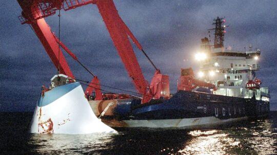 19. november 1994: Bovporten fra Estonia bjærges fra havets bund to måneder efter forliset, der er Europas største skibskatastrofe siden krigstid.