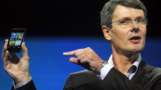 """Research in Motions direktør Thorsten Heins med en prototype af den kommende BlackBerry 10 smartphone - men ak, det er for sent til at redde selskabet, mener forfatterne bag en amerikansk """"dødsliste""""."""