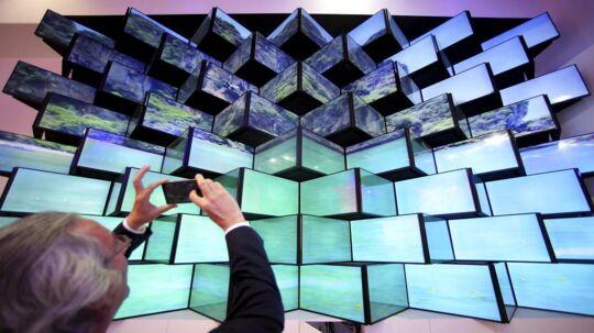 Der bliver brugt enorme summer på at gøre de mange stande klar til åbningen af Europas største forbrugerelektronikmesse, IFA, i Berlin. Her er det en hel skærmvæg, der skal tiltrække publikums opmærkosmhed. Foto: Hannibal Hanschke, Reuters/Scanpix