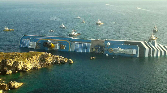 Det 290 meter lange krydstogtskib Costa Corcordia stødte fredag aften på et rev nær øen Isola del Giglio.