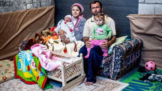 Familien bor nu i et ufærdigt boligkompleks få minutters kørsel fra den tyrkiske grænseby Suruc.