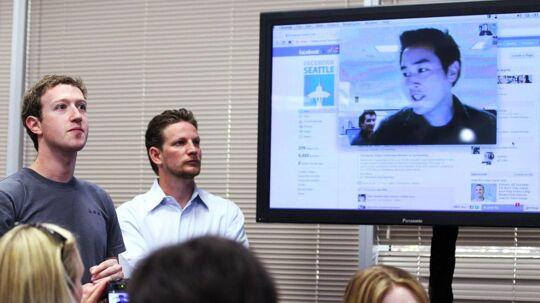 Facebook-stifter og topchef Mark Zuckerberg (til venstre) overværer en præsentation af den nye videoopkaldsmulighed gennem Skype i Facebook. Foto: Justin Sullivan, AFP/Scanpix