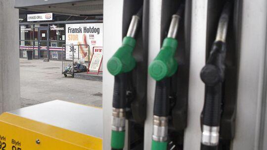 Tirsdag falder priserne på benzin og diesel markant. FDMs forbrugerøkonom Allan Skytte Christensen råder dog bilister til at vente med at tanke til onsdag formiddag, hvor man vil kunne opnå den største besparelse.