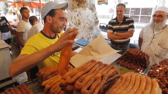 Først efter solnedgang spiser muslimer under fastemåneden Ramadan, men så bliver der til gengæld ofte gået til makronerne.