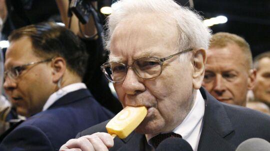 En mand har betalt 2,2 millioner dollars for en middag med Warren Buffett. Så mon ikke, han forventer at få serveret lidt mere end en pindeis.