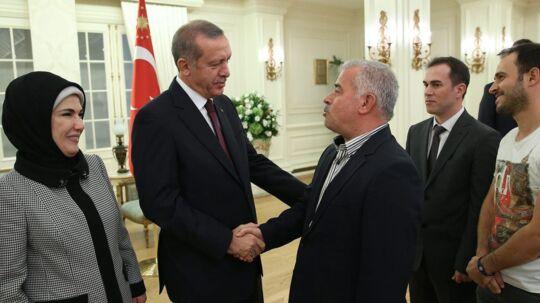 Præsident Erdogan og hans hustru tog imod, da 46 tyrkiske og tre irakiske gidsler i september blev løsladt efter tre måneders fangenskab hos Islamisk Stat. Men hvordan tog IS sig betalt, lyder spørgsmålet fra en række vestlige lande – herunder Danmark, som frygter, at en tyrkisk løsladelse af manden bag attentatforsøget på Lars Hedegaard kan have været led i en studehandel mellem det store NATO-land og IS.