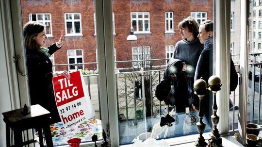 Ejendomsmægler Line Buus (tv.) fra Home på Amager fremviser en 3-værelses lejlighed på Lyongade. Betina Palm og hendes vendinde overvejer at købe lejligheden, der har to altaner.