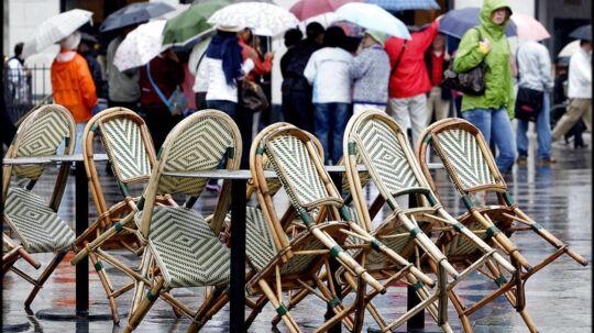Selvom regnen gør udeservering til en udfordring, så bruger gæsterne flere penge inde på restauranterne, når det regner, lyder det fra Horesta.