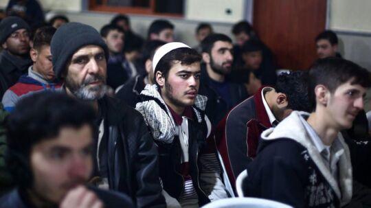 Syrere fejrer profeten Muhammeds fødselsdag (23/12) i udkanten af Damaskus, som snart kan være helt rømmet for Islamisk Stat, efter at det med FN som mægler juleaftensdag lykkedes at lande en aftale om, at hundredvis af familier til militante fra terrorbevægelsen samt en række sårede krigere skal kunne forlade de områder i den sydlige del af byen, som bevægelsen kontrollerer.
