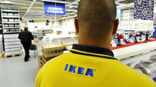 En ansat i IKEA i Wembley. Den svenske møbelkæde er udsat for hård kritik i Storbritannien.