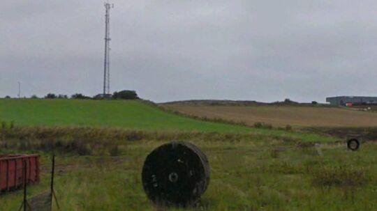 I denne mast i Assens, som Telenor ejer, sidder også sendeudstyr fra TDC, »3« og politiet. Staten har opsagt lejeaftalen, så masten om et år skal pilles ned, fordi Telenor nægter at betale en tidobling af lejeprisen på grunden. Foto: Google