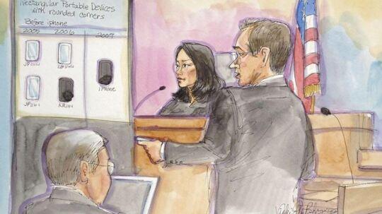 Bølgerne går højt i retssalen, hvor Samsung og Apple slås - indimellem også med dommer Lucy Koh (i midten på tegningen) - om, hvorvidt Samsung systematisk har kopieret Apples design. Det handler om milliarderstatninger. Illustration: Vicki Behringer, Reuters/Scanpix