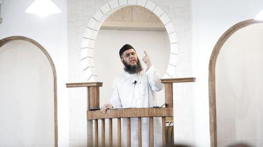 Billedet: Imam Abu Bilal under fredagsbøn i Moskéen på Grimhøjvej i Århus. (Foto: Brian Rasmussen/Scanpix 2016)