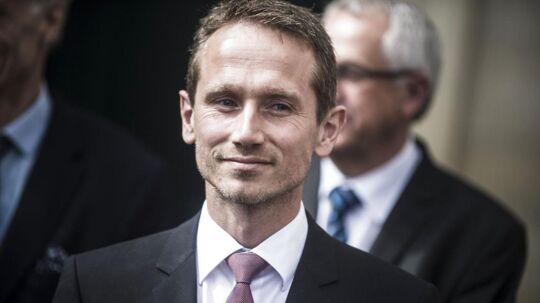 Udenrigsminister Kristian Jensen er kommet i strid, svensk modvind efter en Facebook-opdatering, hvor han skrev, at han »endnu engang er glad for«, at han »ikke bor i Sverige«. Nu beklager han så opdateringen.