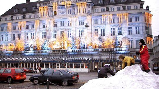 KUN EN DAG TIL JUL - MEN HVOR ER SNEEN - - Sneen fra skøjtebanen på Kgs. Nytorv i København ligger i en stor bunke foran Hotel d'Angleterre, til stor fornøjelse for børnene. (Foto: BRIAN BERGMANN/SCANPIX NORDFOTO 2000)