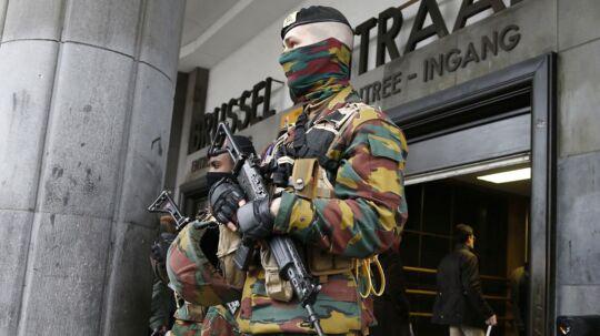 Belgien vågnede onsdag op til dagen derpå. Her er det politiet, som kontrollerer adgangen til den centrale togstation efter tirsdagens bombeattentater i Bruxelles.