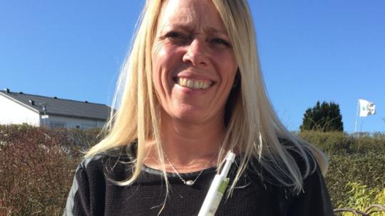 Charlotte Lindharth medicinerer sig selv med cannabis. Hun ønsker en legalisering, så der bliver mere kontrol og rådgivning med det. Foto: Privatfoto
