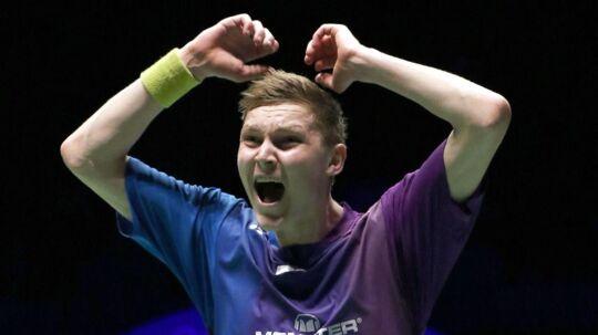 Euforisk Viktor Axelsen fejrer sejren over landsmanden Jan Ø. Jørgensen i EM-finalen i Frankrig.