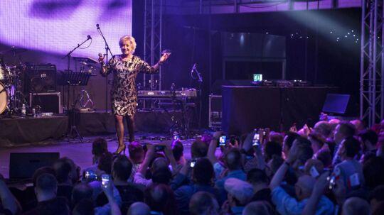 Birthe Kjær optræder på Eurobar i Stockholm 2016 for glade grandprix-fans.