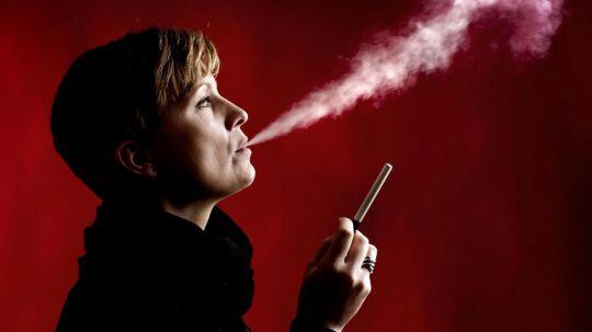 E-cigaretter er ikke uden risiko, men de er kun en brøkdel så farlige som tobakscigaretter, og intet tyder på at e-cigaretter får flere til at ryge, konkluderer britiske forskere i en rapport.
