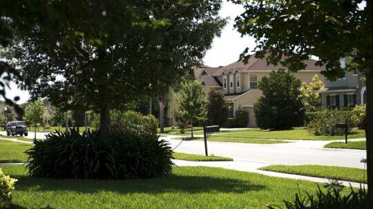 Den omstridte danske præst, som er politianmeldt i USA for angiveligt at have begået seksuelle krænkelser, bor i dette område i Orlando, Florida. Fredag formiddag kl. 11 (amerikansk tid) bankede politiet på.