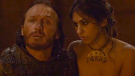 Saeeda Vorajee (til højre) sammen med skuespilleren Jerome Flynn i Game of Thrones.
