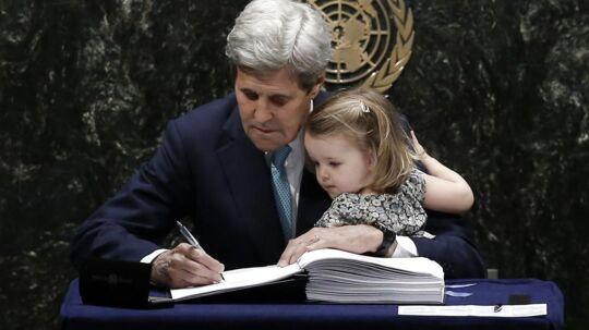 USAs udenrigsminister, John Kerry, havde sit barnebarn på skødet, da han ligesom flere end 170 andre landes spidser satte sin underskrift på den historiske Paris-aftale under en ceremoni i FNs hovedkvarter i New York.