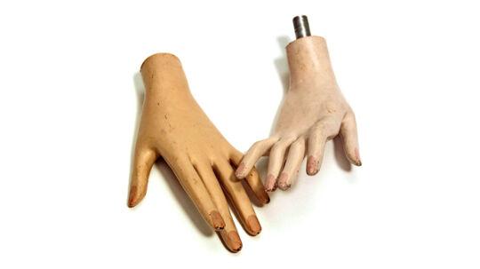Et par mannequin hænder fra Berlin. Hænderne var vidne til at ejerens lejlighed blev smadret af ejerens daværende kæreste. Foto: Museum of Broken Relationships.