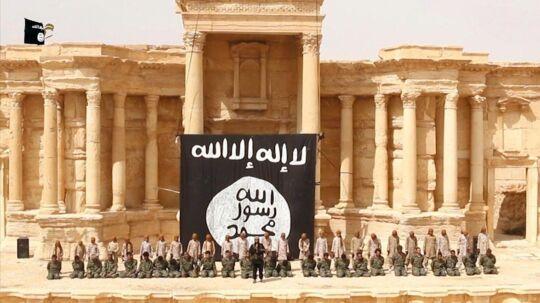Inden sprængningen af størstedelen af Palmyra benyttede IS lejligheden til at sprede skræk og rædsel i området ved offentligt at henrette 25 syriske soldater i Palmyras amfiteater. Billedet er et screendump fra IS propaganda-video.