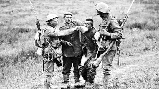 Engelske soldater giver en tysk krigsfange vand efter slaget ved byen Albert.