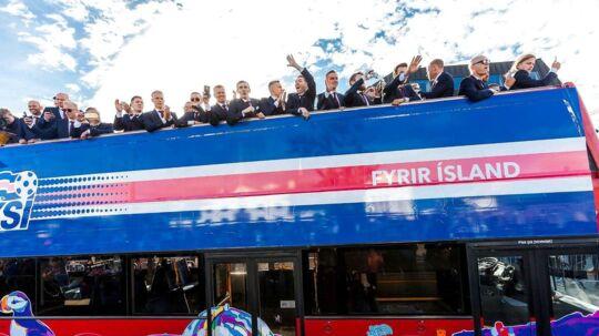 Islands fodboldforbund er langt fra tilfreds med det opslag, som Danskernes Parti har lagt på Facebook. Her ses det islandske landshold blive hyldet i hovedstaden Reykjavik i mandags.