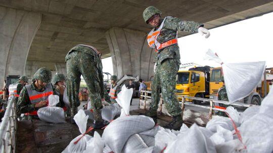 Soldater giver sandsække til indbyggere i Ilan området i det nordøstlige Taiwan for at forebygge mod oversvømmelser.