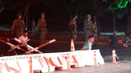 Tyrkiske sikkerhedsstyrker tilbageholder ukendte personer ved en vejside i Istanbul.