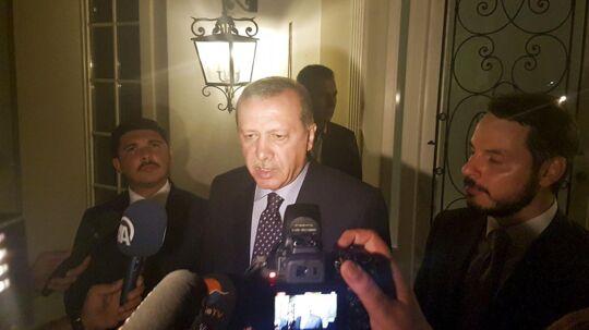 Tyrkiets præsident Tayyip Erdogan taler med journalister i den tyrkiske ferieby Marmaris.