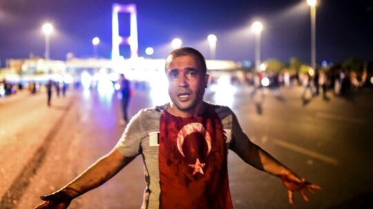 En mand smurt ind i blod nær Bosporus-broen, mens tyrkisk militær forsøger et kup.