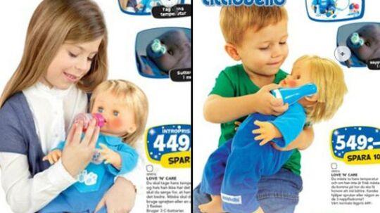 Det danske katalog til venstre: En pige leger med dukke. Det svenske katalog til højre: En dreng leger med dukke.