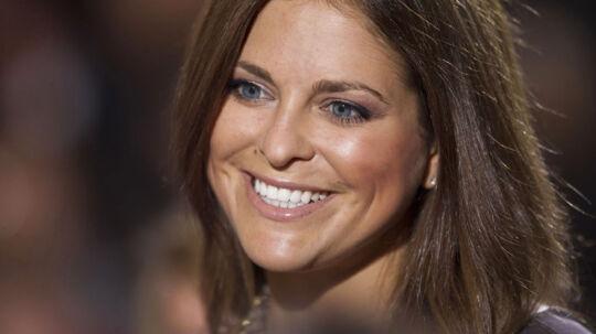 Prinsesse Madeleine har fået lov til at tage sin kæreste Chris O'Neill med, når søster Victoria i dag holder barnedåb i Stockholm.